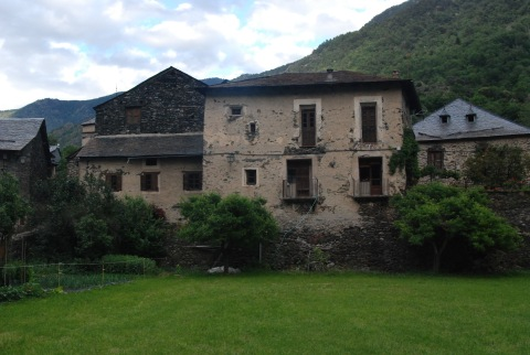 Un poble amb mola història, com deixen entreveure alguna de les seves cases