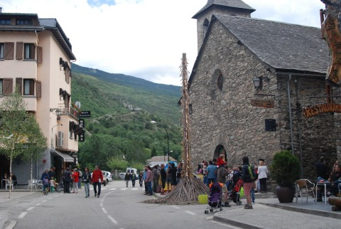 Falla Major davant l'església i l'ermita de Sant Quirc al fons