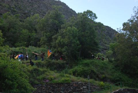 Els fallaires que comencen a tirar muntanya amunta amb les últimes clarors del dia  © Aurora Montserrat