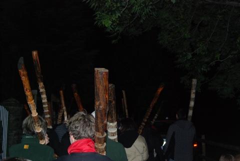 Els fallaires que marxen entre la foscor cap a l'ermita